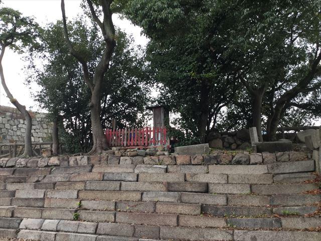 大阪城公園「淀君並殉死者三十二名忠霊塔」付近