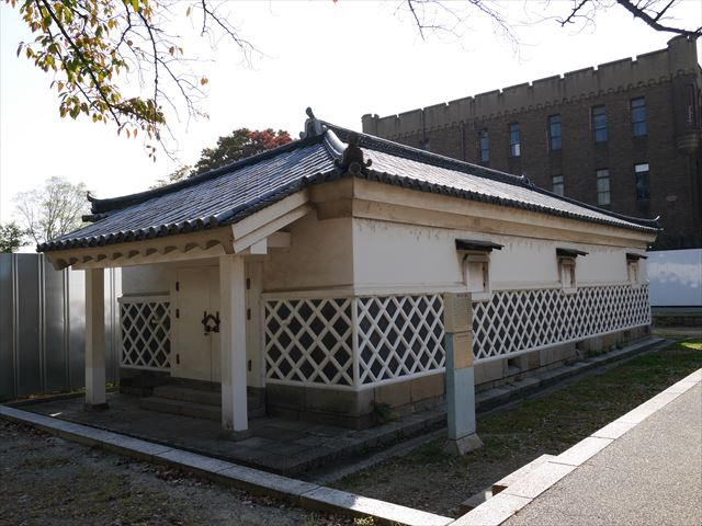 重要文化財・金蔵とその横の豊臣石垣公開プロジェクトの準備中の様子
