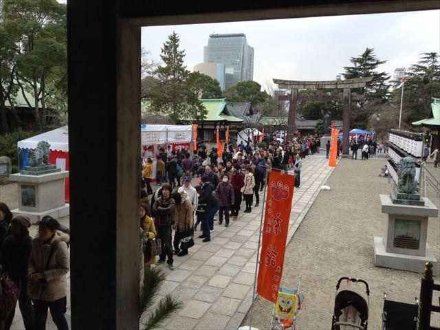 大阪・豊国神社、初詣の参拝に並ぶ行列