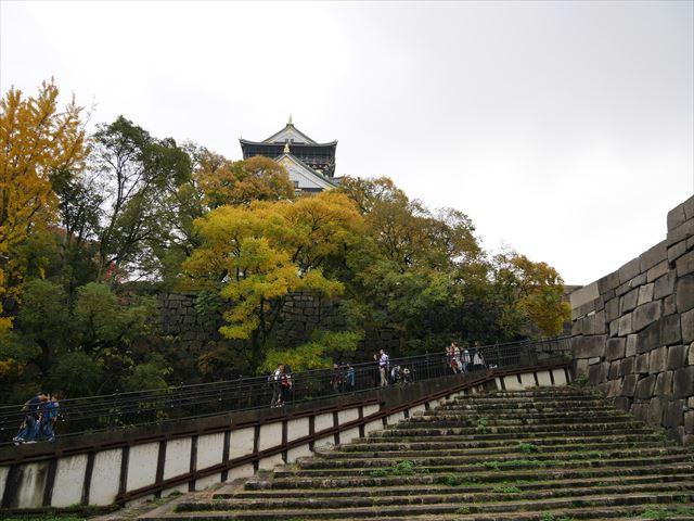 大阪城天守閣に向かう上り坂