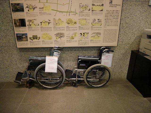 大阪城天守閣1階インフォメーションカウンターにある車いす