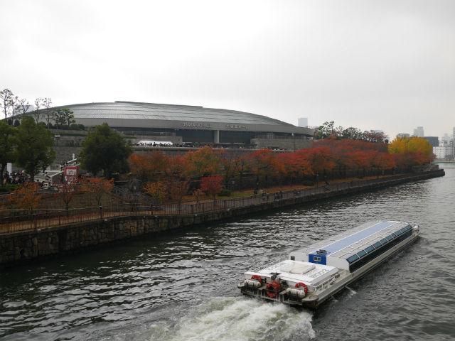 大阪城ホールとアクアライナー