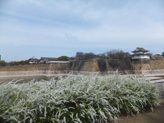 大阪城六番櫓と大手門に続く坂道