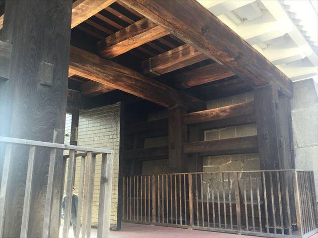 大阪城「多聞櫓」渡櫓の下から見上げた様子