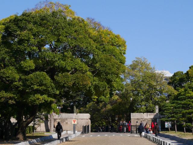 大阪城「玉造口」と坂道