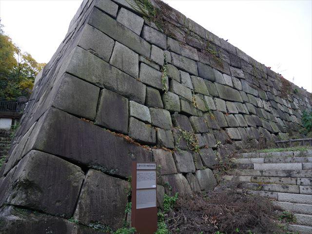 大阪城山里丸石垣にある空襲の痕跡