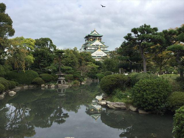 日本庭園から見える大阪城天守閣