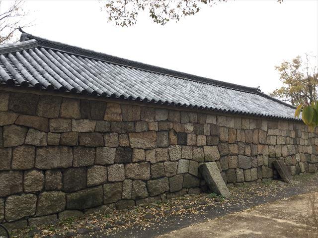 大阪城の重要文化財「焔硝蔵」、横から撮影