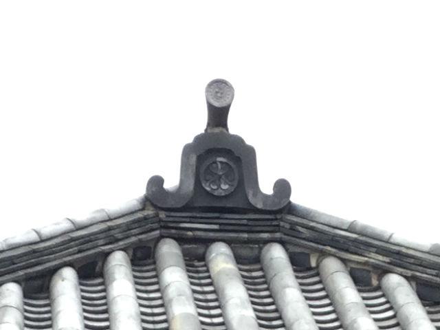 大阪城の重要文化財「焔硝蔵」、瓦に葵の御紋が見える