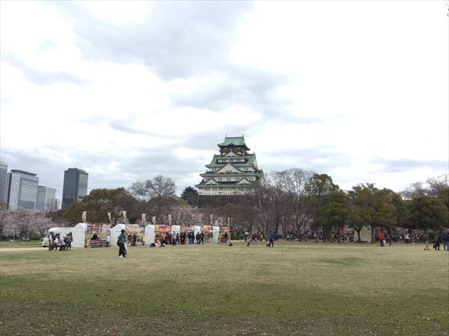 西の丸庭園から見える大坂城と芝生売店