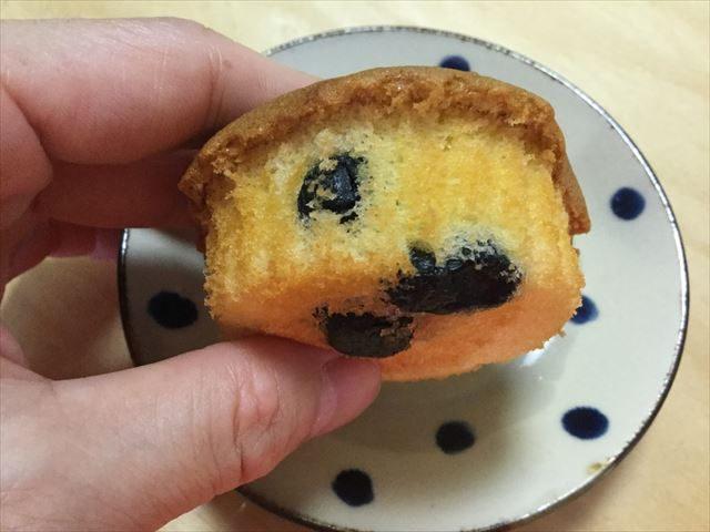 五感大阪黒豆マドレーヌ「ええもんちぃ」裏側に黒豆が見える