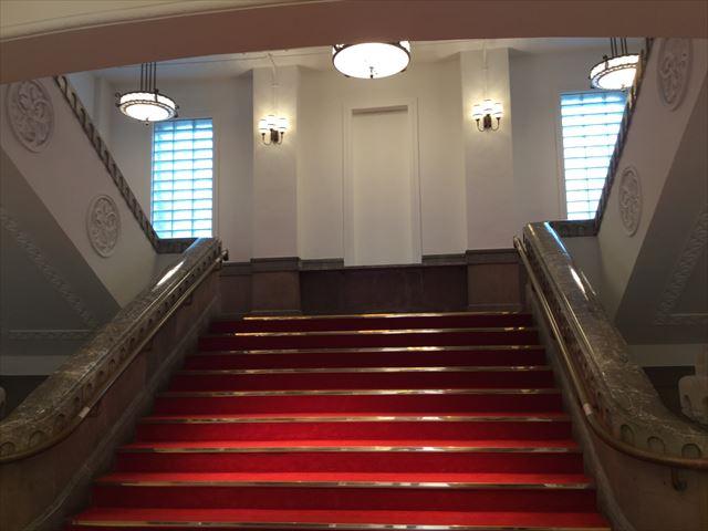 ミライザ大阪城、赤いじゅうたんと階段