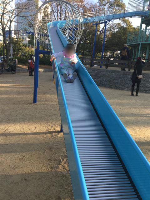 大阪城公園の遊具広場「子供天守閣」ローラー滑り台を滑る子供