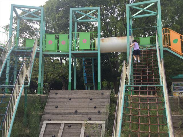 大阪城公園の遊具広場「子供天守閣」縄梯子