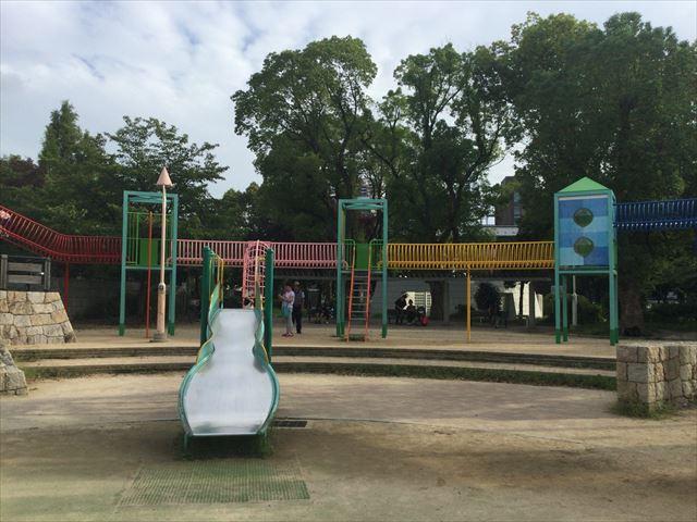 大阪城公園の遊具広場「子供天守閣」瓢箪型の滑り台