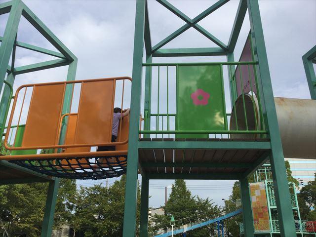 大阪城公園の遊具広場「子供天守閣」トンネルを渡る