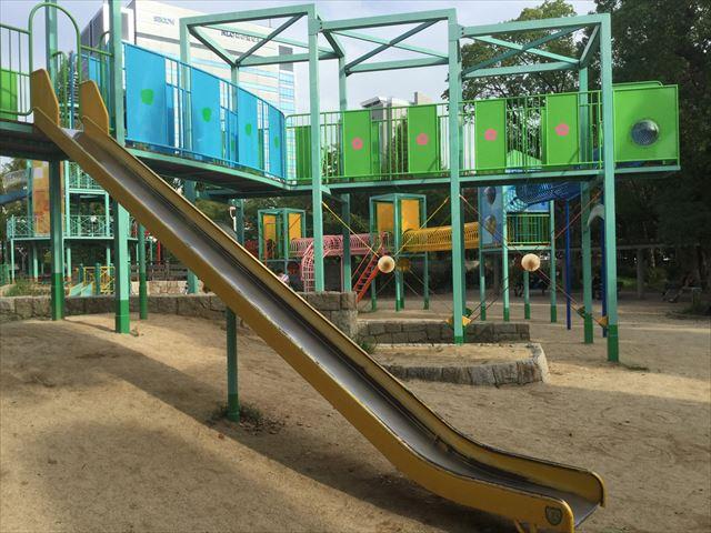 大阪城公園の遊具広場「子供天守閣」一直線の滑り台