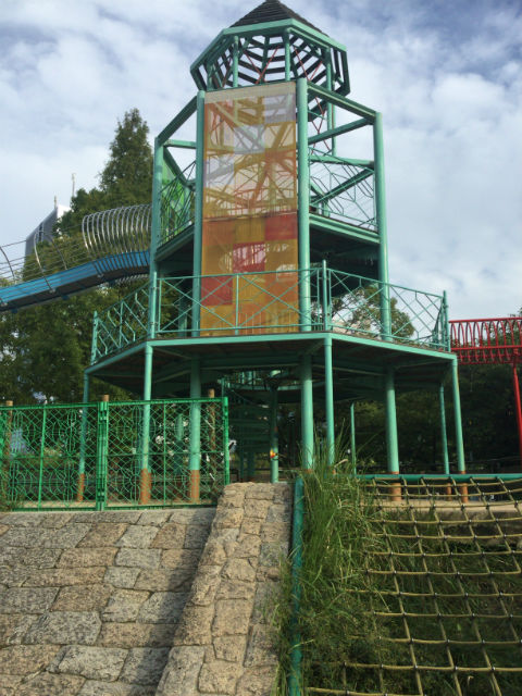 大阪城公園の遊具広場「子供天守閣」城壁の様子