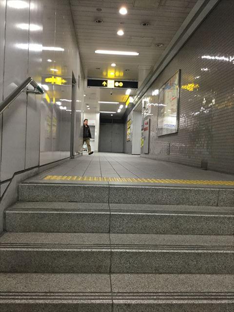 谷町線「天満橋駅」横の細い通路