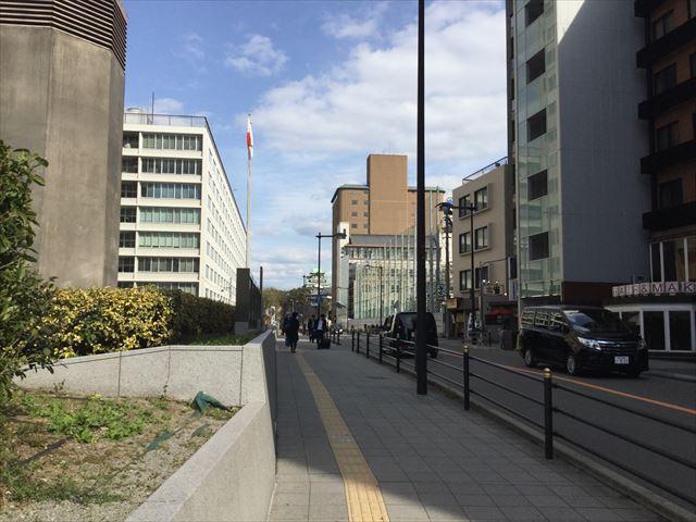 地下鉄谷町線「天満橋駅」3番出口を出てすぐから見える大阪城