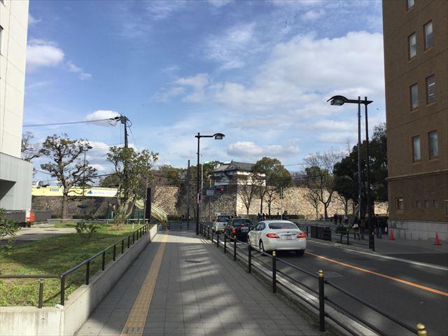 大阪城乾櫓と上町筋へ向かう道