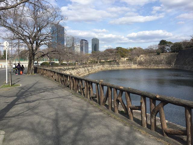 大阪城西外堀沿いから京橋口に向かう道