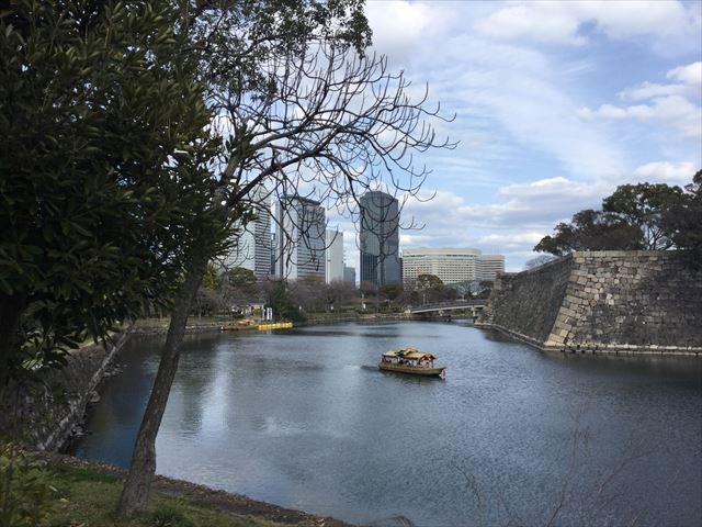 大阪城内堀沿いを歩く、遠くに極楽橋が見える