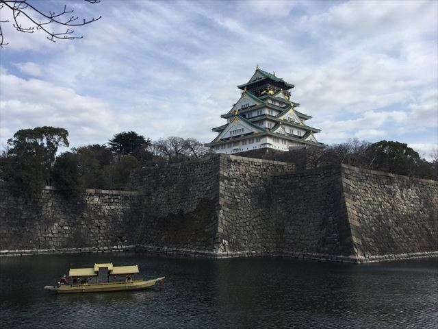 内堀と大阪城天守閣、御座船