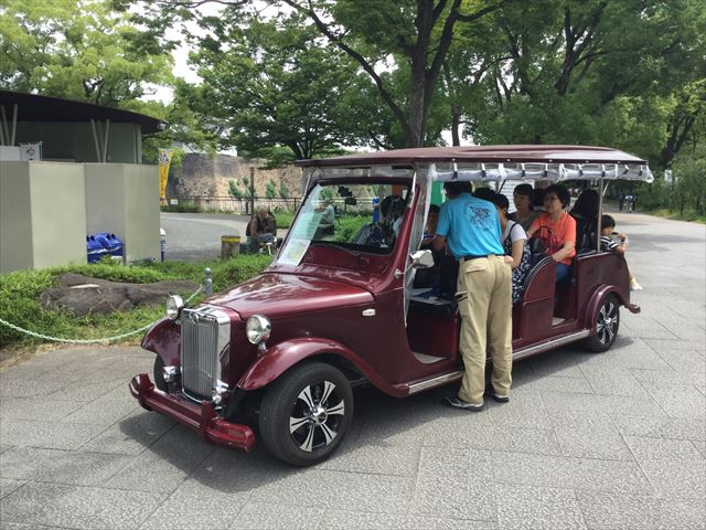 大阪城公園内を走るエレクトリックカーの様子