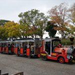 大阪城公園内を走るロードトレインの様子