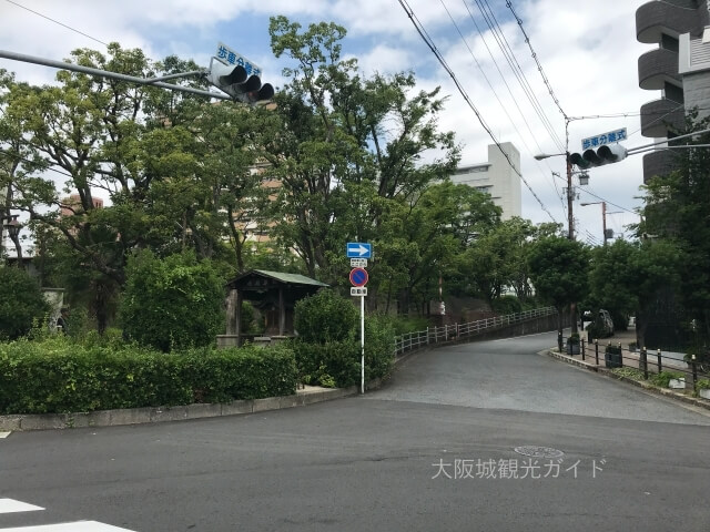 越中井(細川忠興屋敷跡・細川ガラシャ夫人最期の地)とその横の道路